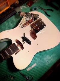 Cavidades de pastillas y controles recubiertas de cobre en Fender Telecaster Custom 62