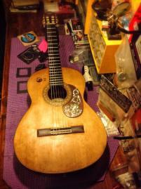 Guitarra Camps M6 preparada para la operación de instalación de previo activo Fishman