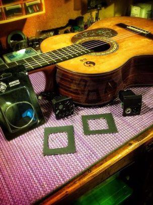 Plantillas con la forma del previo para perforación en la madera de la guitarra