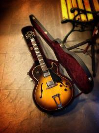 Gibson 175 sunburst en su estuche