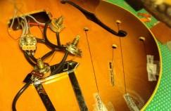 ´Parte eléctrica retirada de la Gibson 175