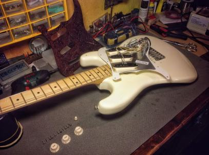 Reverso del golpeador original Fender