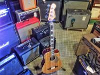 Bajo acústico Fender